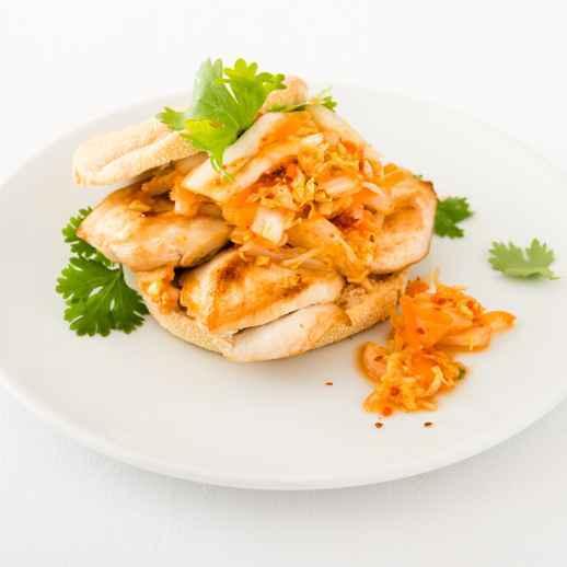 Schnelles Hähnchenschnitzel-Sandwich Kimchi Style