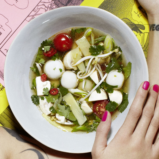 Sauer-scharfe Suppe mit Reismehl-Klösschen