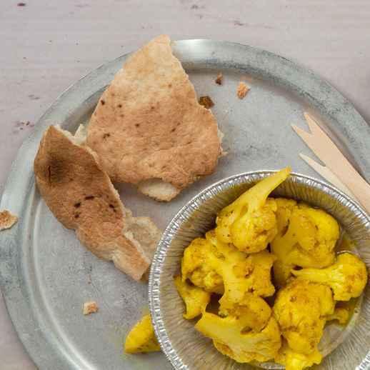 Brotfladen mit Curry-Blumenkohl und Hummus