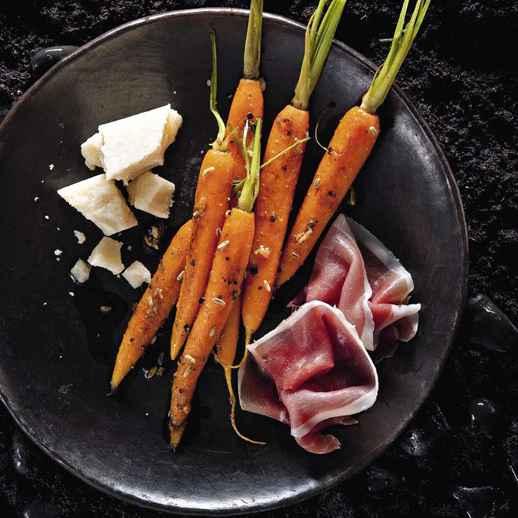 Balsamico-Bundmöhrenantipasti mit Parmaschinken und Parmesan
