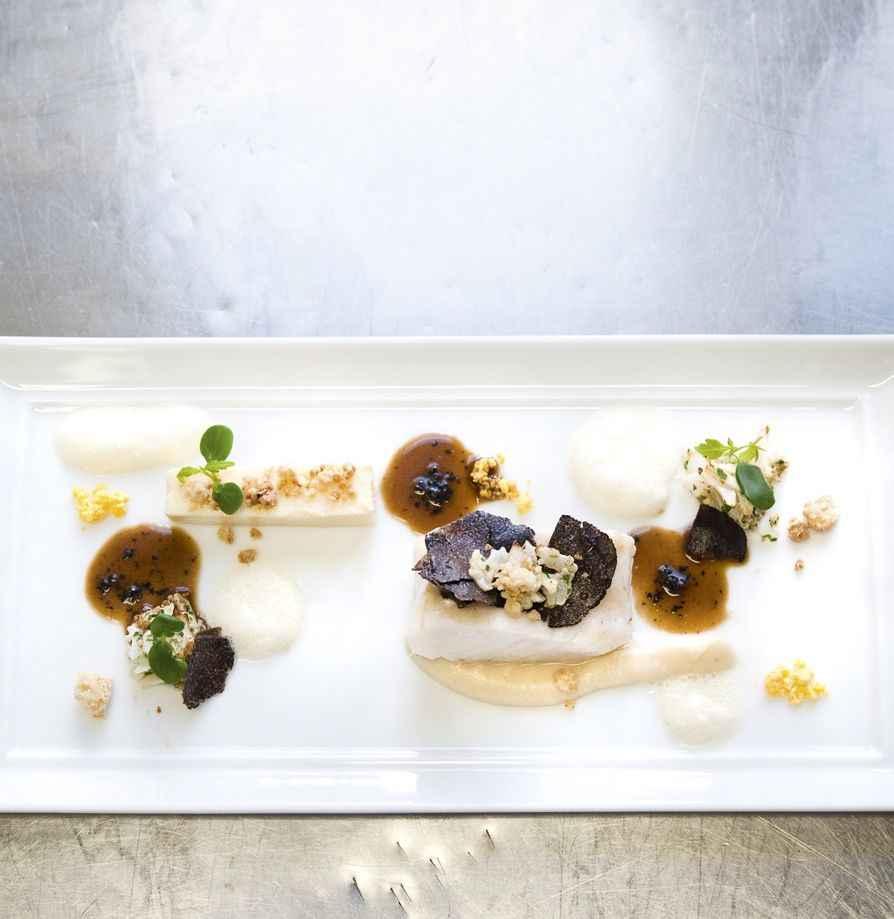 Geangelter Saint-Pierre mit Blumenkohl, salzigen Butterstreuseln und Périgordtrüffel