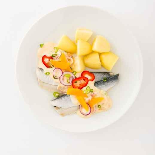 Heringssalat mit Mango-Curry-Sauce zu heißen Kartoffeln