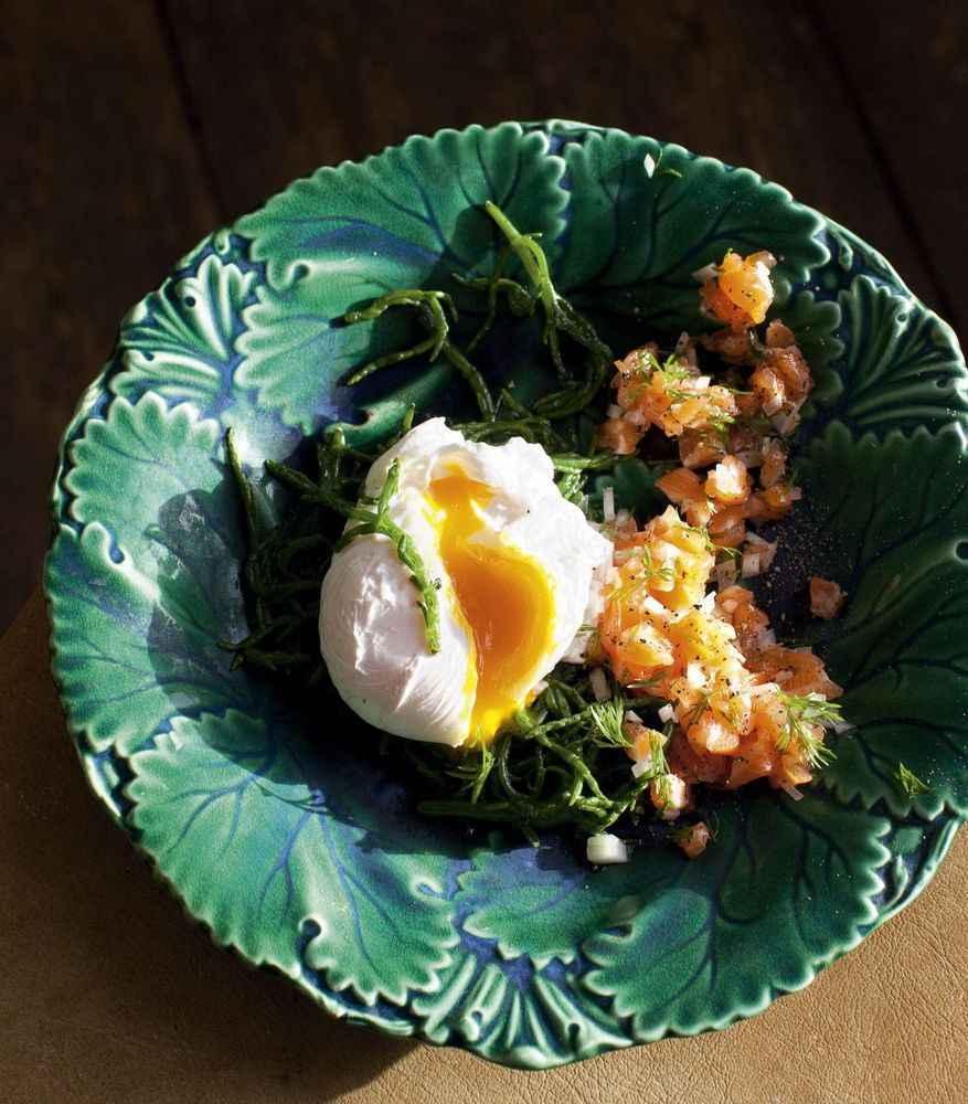 Pochiertes Ei mit Salicornes und Lachstatar