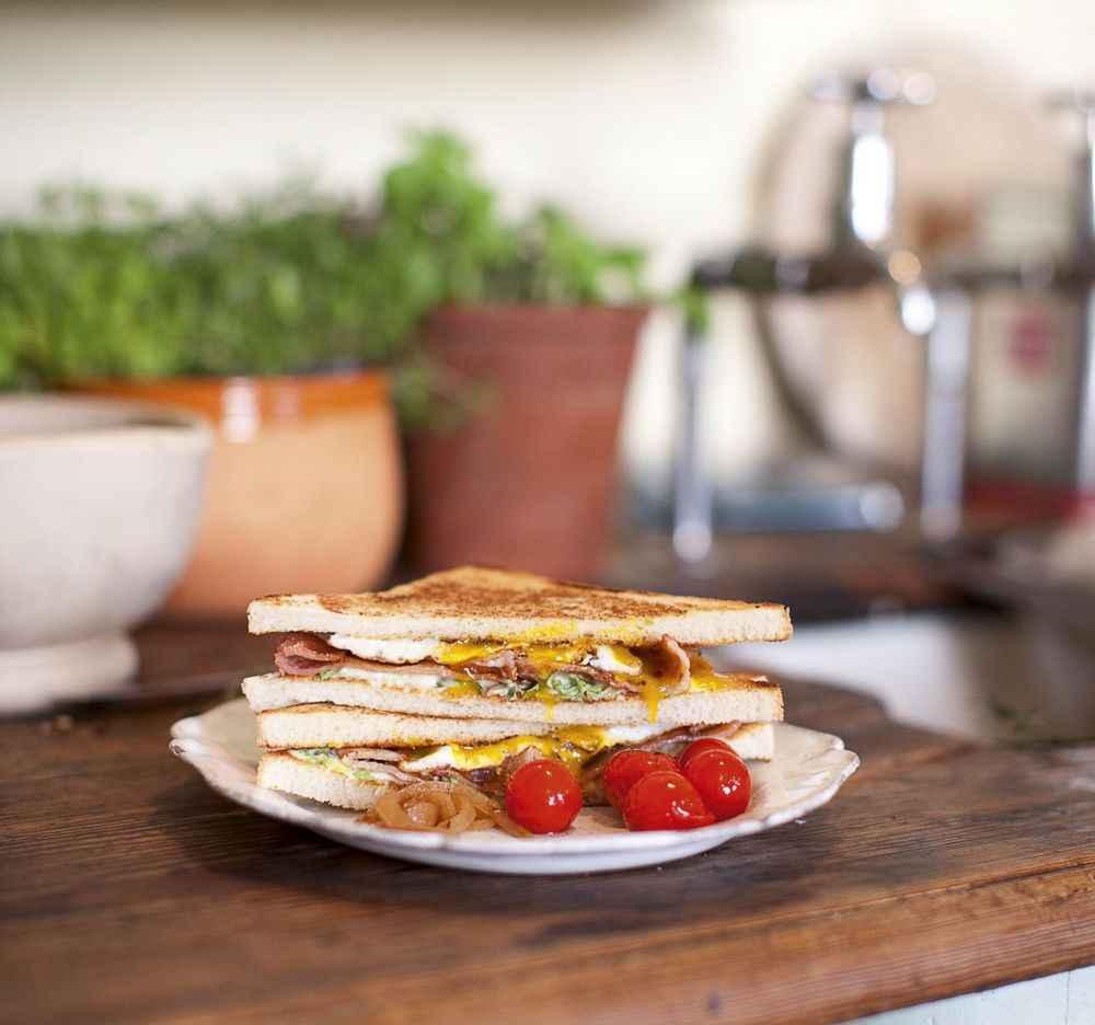 Spiegelei-Sandwich mit Bacon und Römersalat-Mayonnaise
