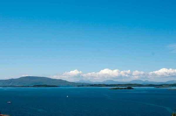 1. Auf der Insel Jura, die Crinan gegenüberliegt, schrieb George Orwell 1984