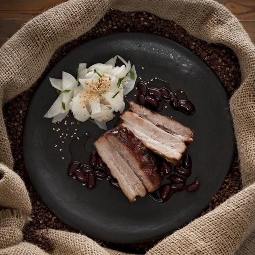 Geschmorter Schweinebauch mit Sichuanpfeffer-Bohnensauce und Sesam-Rettichsalat