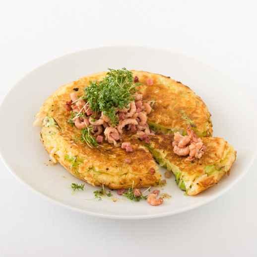 Spitzkohl-Pfannenomelette mit Speck und Krabben