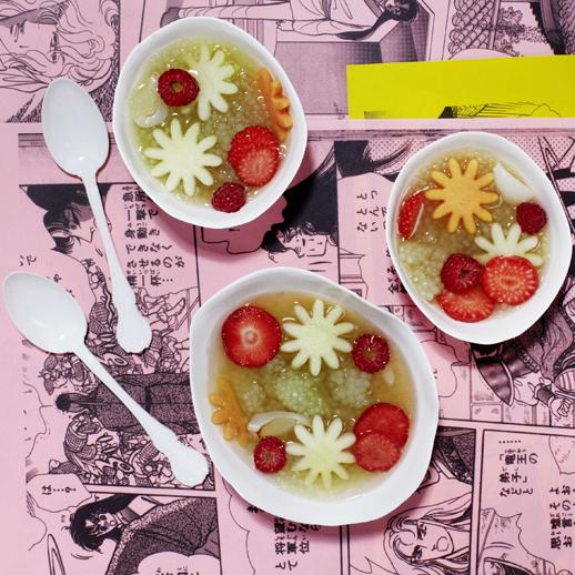 Süße Tapioka-Suppe mit Obstblumen